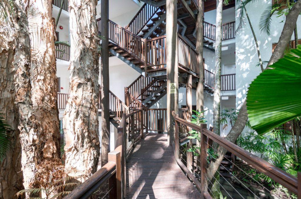 パームコーブホテル階段1
