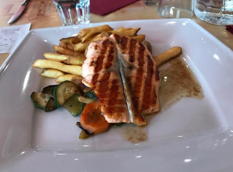 ヘルシンキレストランのサーモン料理