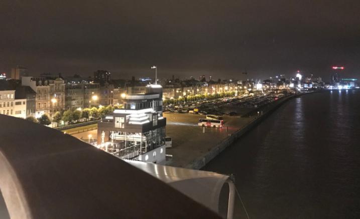 ベルギーアントワープの夜のライトアップ