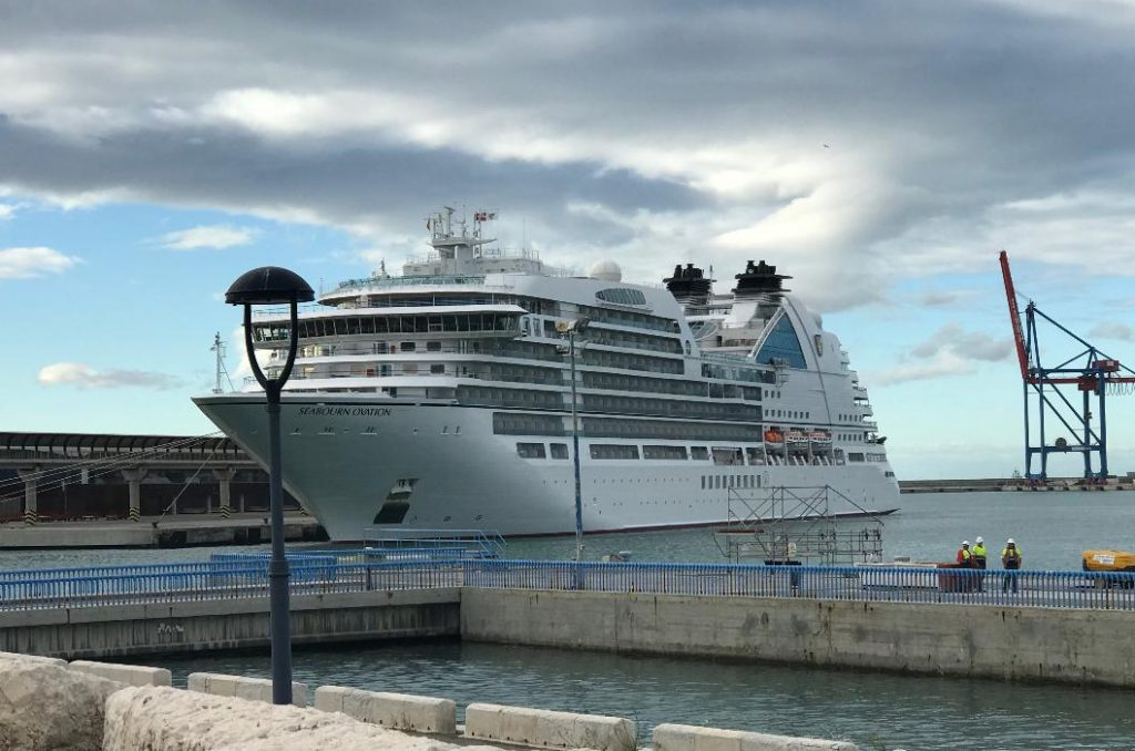 スペインマラガに寄港中のシーボーンオベーション