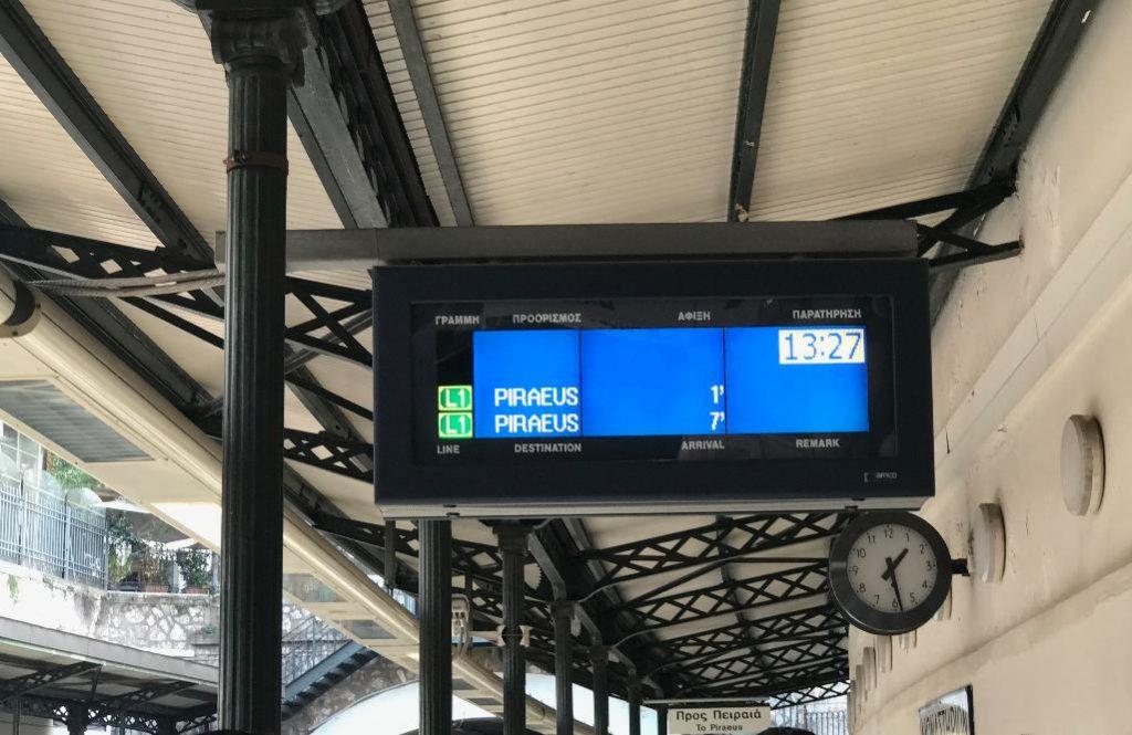 ピレウス駅行きの電光掲示板