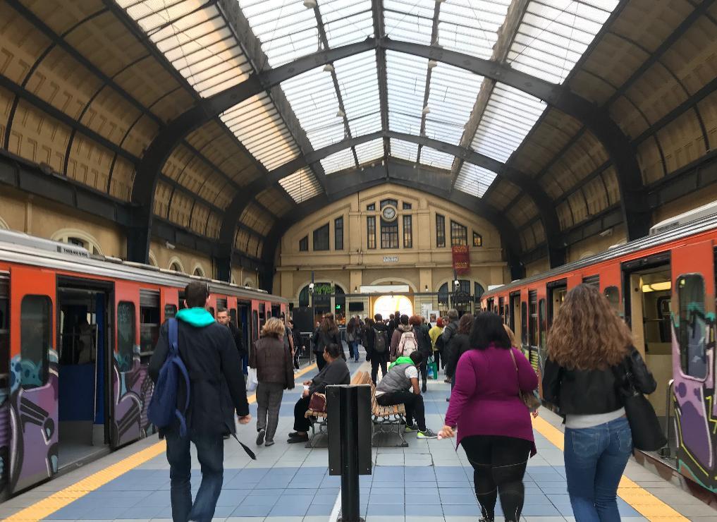 ピレウス駅に停車中の電車