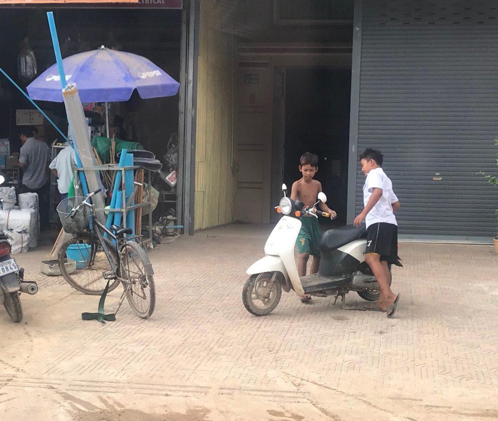 バイクに乗る子供達