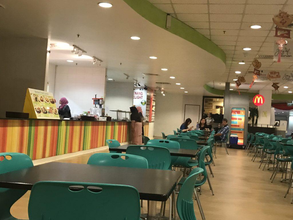 マラッカのショッピンセンター内のフードコートでチキンライス