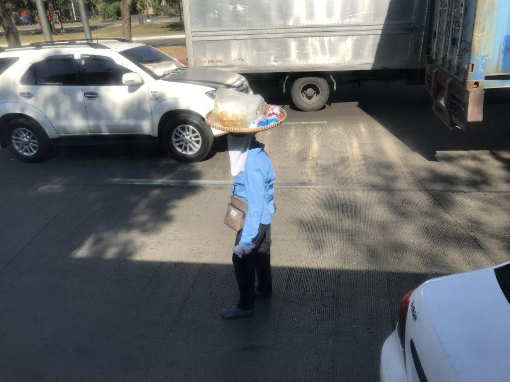 フィリピンの路上で物をうるおばちゃん