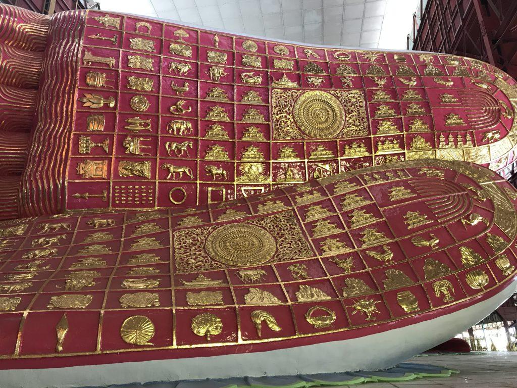 ミャンマーヤンゴンにあるチャウタッジー・パゴダの寝釈迦仏足裏