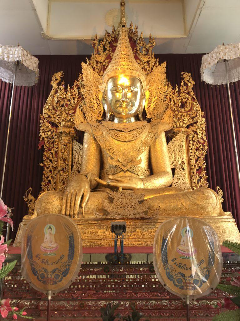 ミャンマーヤンゴンのパゴダの仏像