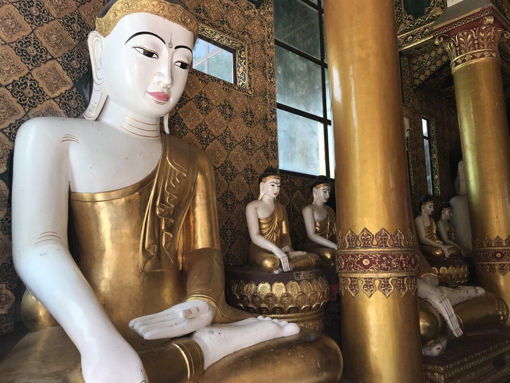 ヤンゴンのシュエダゴン・パゴダ内の仏像