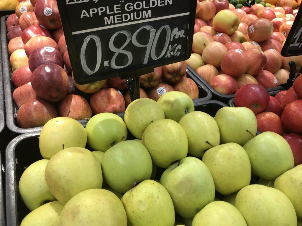 オマーンのスーパーで販売してるフルーツ類