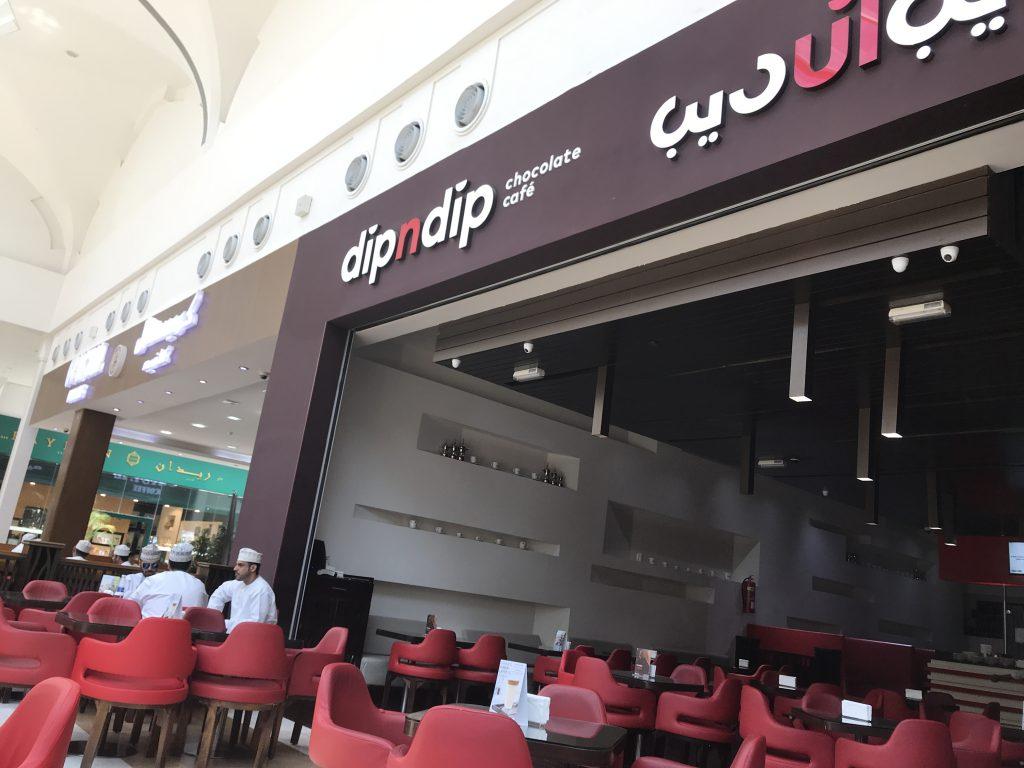 オマーン・サラーラのショッピングセンター内のカフェ