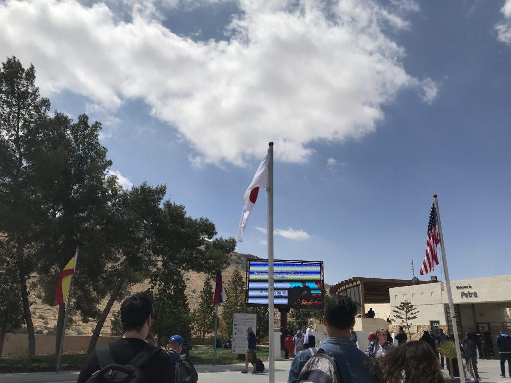 ヨルダンのペトラ遺跡に掲揚される日本の国旗