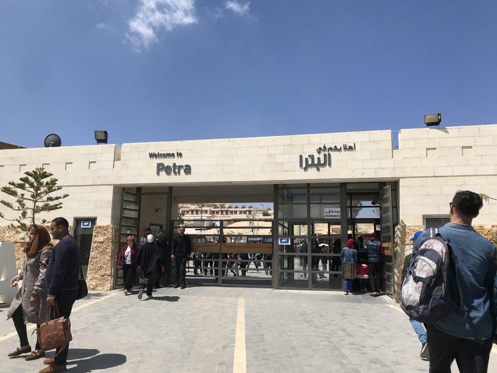 ヨルダンのペトラ遺跡の入り口画像