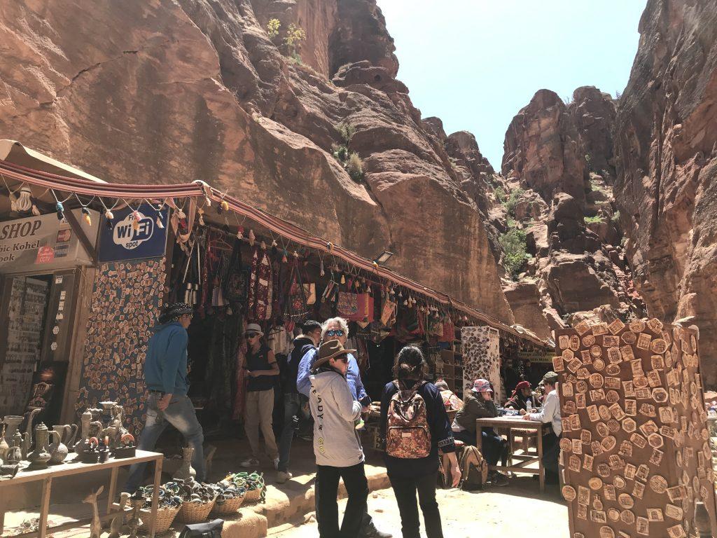 ヨルダンのペトラ遺跡内のエル・ハズネにあるお土産屋