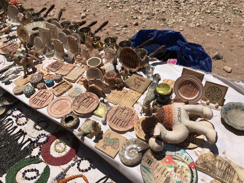 ペトラ遺跡の途中で売られているお土産