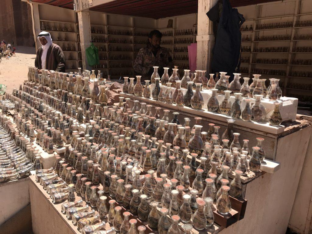 ペトラ遺跡内のローマ劇場付近で売られているサンドボトル屋さん