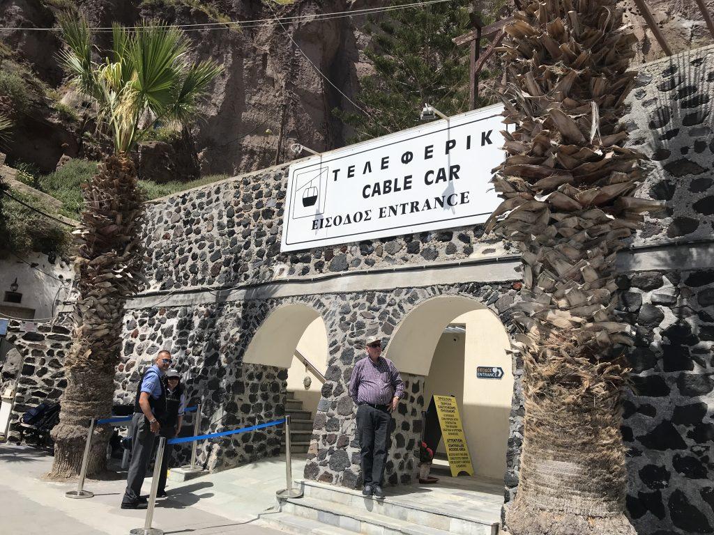 サントリーニ島フィラのオールドポートからのゴンドラ乗り場入り口