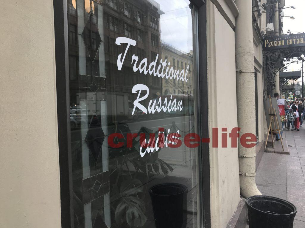 ロシアのお店の入り口は比較的まっ暗です。