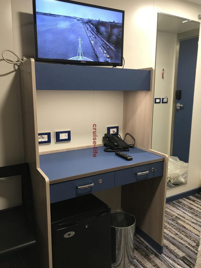 客船クルーの部屋の机