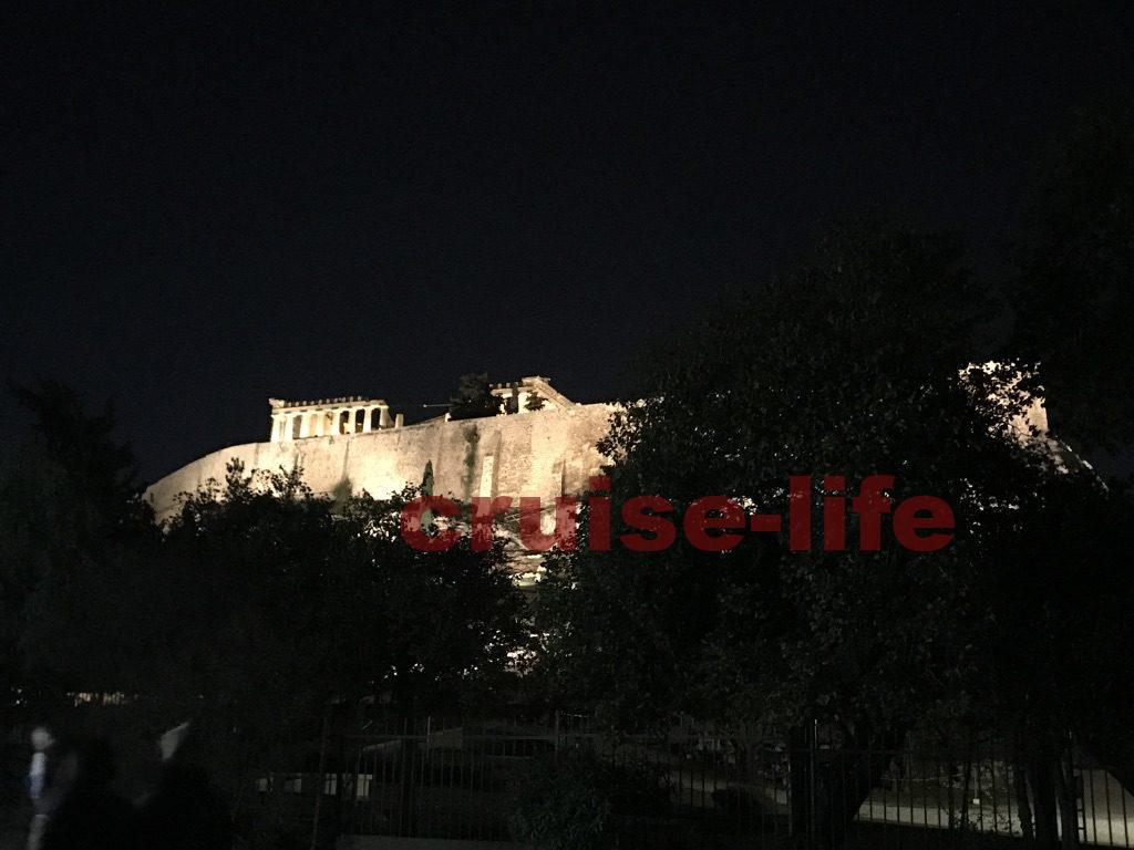 アクロポリスに輝く夜のパルテノン神殿